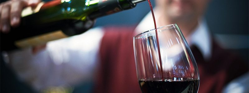 How to drink wine properly according to international principles.